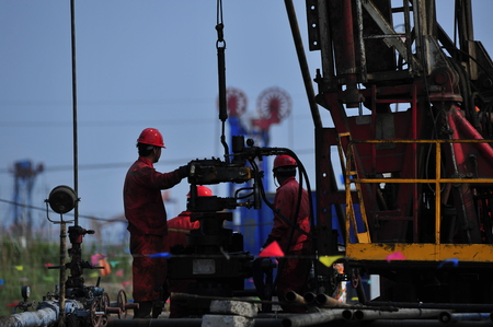 The oil workers in the job 免版税图像 - 112338393