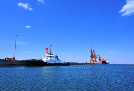 Port crane bridge and bulk carrier 版權商用圖片