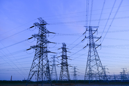 Las instalaciones de suministro de energía de contorno en la noche