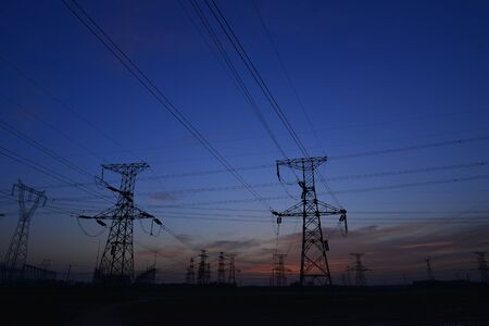 Die Stromversorgungsanlagen von Contour am Abend