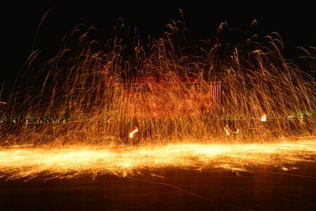 Des étincelles de feu et des éclaboussures de métal en fusion