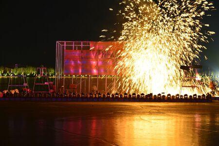 Des étincelles de feu et des éclaboussures de métal en fusion Banque d'images