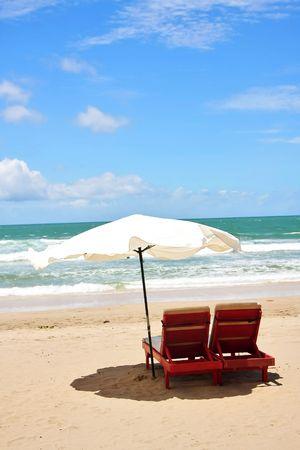 solter�a: Dos sillas y sombrilla en la playa