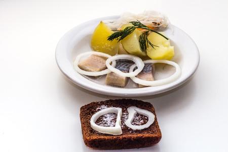 가장 좋아하고 인기있는 러시아 음식은 청어와 양파가 들어간 삶은 감자와 소금에 절인 양배추와 식물성 기름입니다. 접시는 평범한 흰 접시와 검은