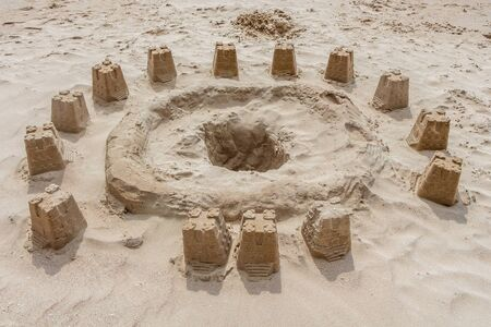 A beautiful horizontal texture of yellow sand with Castle and towers is in the photo 免版税图像