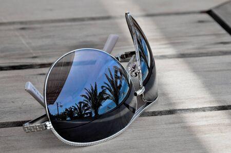 gafas de sol: Sue�os - Reflexi�n de las palmeras y la playa con gafas de sol Foto de archivo
