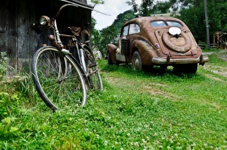 vintage grunge image: Old vintage auto e biciclette nel villaggio