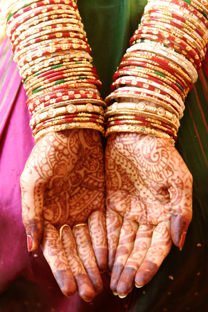 Traditional Indian woman hands with henna on wedding day Stock fotó