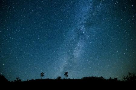 noche estrellada: Vía Láctea, Cielo nocturno con asombrosos estrellas.