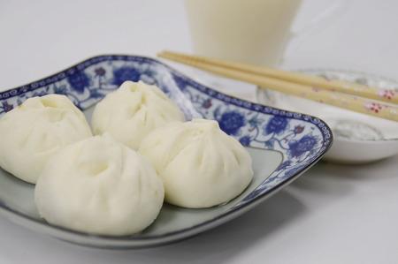 leche de soya: Bollos al vapor tradicionales y leche de soja