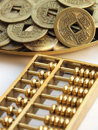 abaco: Abacus y monedas antiguas Foto de archivo