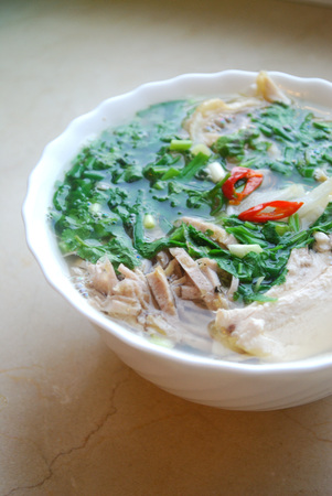 Bun Thang - traditional vietnamese rice noodle soup with shredded chicken, ham and eggs that is garnished by chopped cilantro, spring onion and chili slices. Banque d'images