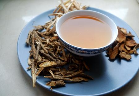 乾燥した盛り合わせの中国ハーブティーのボウル。 写真素材