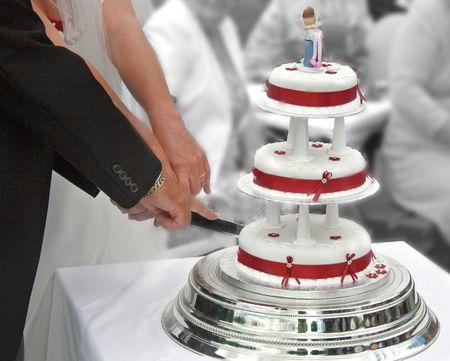 Bride and Groom cutting the Wedding Cake. Standard-Bild
