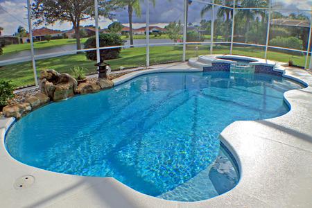 Una piscina y un spa con vistas al lago.