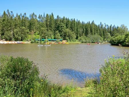 actividades recreativas: Un lago en el campo con actividades recreativas