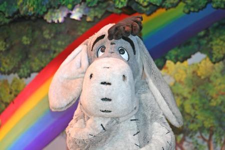 MARNE-LA-VALLEE, FRANCE - le 23 Août, 2006 - Bourriquet dans le Winnie l'ourson et ses amis, aussi! montrer dans Fantasyland à Disneyland Resort Paris. Banque d'images - 46032251