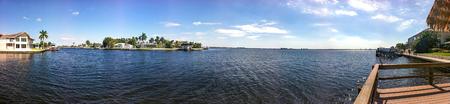 家とケープコーラル、フロリダ州の青い空と広い川 写真素材