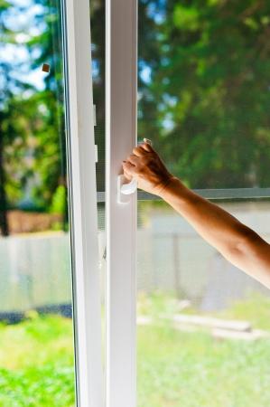 ventanas abiertas: ventana de pl�stico con mosquiteras Foto de archivo