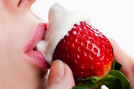 bacio sexy: leccare la panna acida con dolce fragola Archivio Fotografico