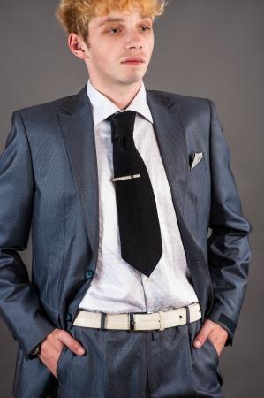 disdain: Retrato jefe desprecio aislado en un fondo gris Foto de archivo