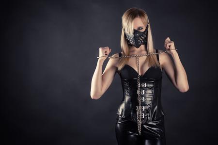 스파이크와 마스크에 여자 노예