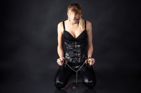 esclavo: esclava obediente con las manos esposadas