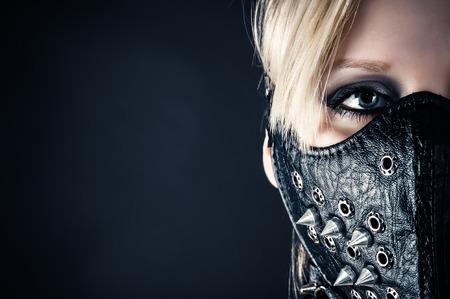 esclavo: retrato de una mujer esclava en una máscara con clavos