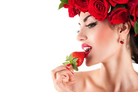 bella modelo de moda de comer fresas