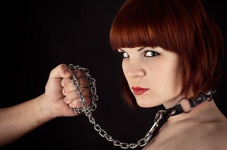 esclavo: retrato de una bella mujer con una correa