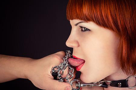 esclavo: hermosa mujer como esclavos para obedecerle