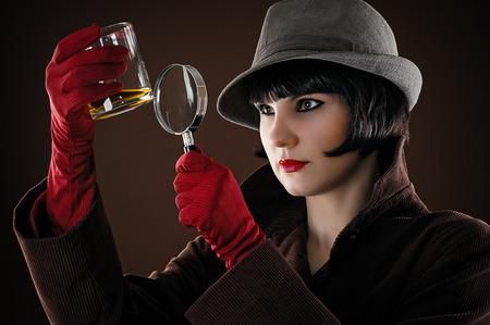 Mujer detective examina la evidencia Foto de archivo