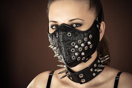 herrin: Porträt einer Frau in einer Maske mit Spikes