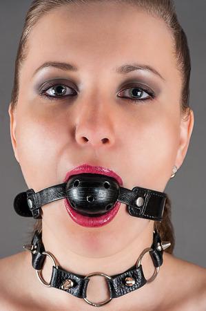portret van een vrouw mond gesnoerd in het beeld van een slaaf