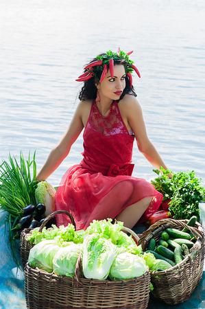 mujer elegante: mujer elegante con verduras en un barco en el agua