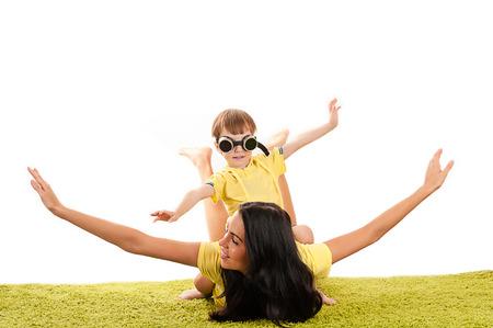 humoristic: feliz madre hermosa e hijo vuelo Foto de archivo