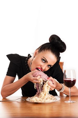 donna ricca: donna ricca di mangiare carne cruda