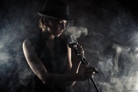 chica fumando: Mujer cantante de jazz con el micr�fono retro