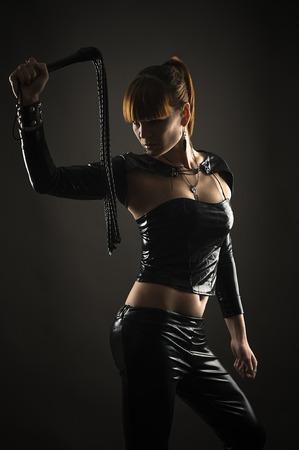 手に鞭でセクシーな女性