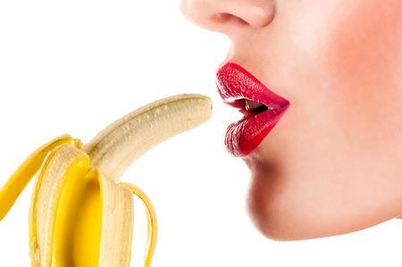 comiendo frutas: Mujer atractiva que come el pl�tano