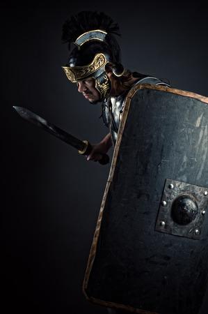 soldati romani: guerriero brutale con spada e scudo Archivio Fotografico