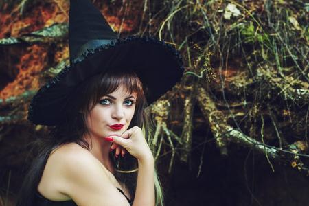 bruja sexy: mujer hermosa en un sombrero de bruja Foto de archivo