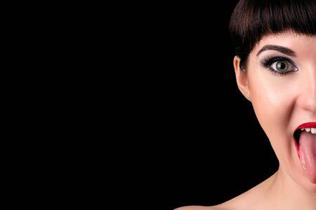 lengua afuera: Media cara de la mujer emocional con la lengua fuera