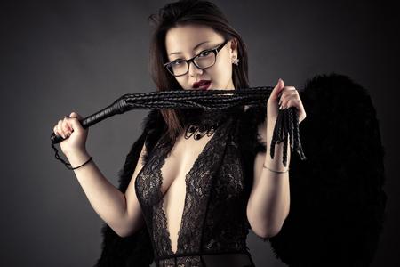 黒い翼を手で鞭で若い韓国人の女の子