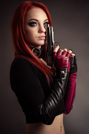 portrait beautiful woman with gun Imagens - 122322671