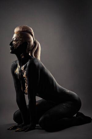 glamor blond with black makeup sitting kneeling Banque d'images
