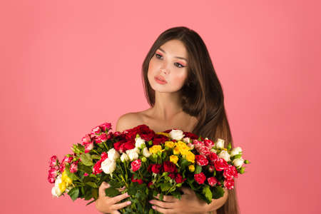 young beautiful woman with flowers isolated on pink background Archivio Fotografico - 155064844