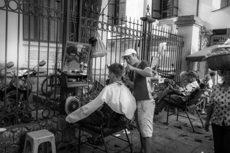 livelihood: Outdoor haircut is a very popular type of leisure in Hanoi, as well as the livelihood of many people with spare time