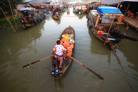 vietnamese ethnicity: Vietnamese woman selling fruit on floating market