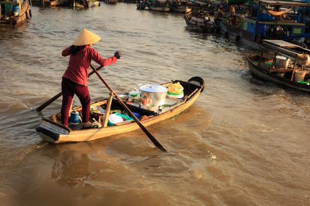 march� flottant: Femme vietnamienne vente de fruits sur le march� flottant